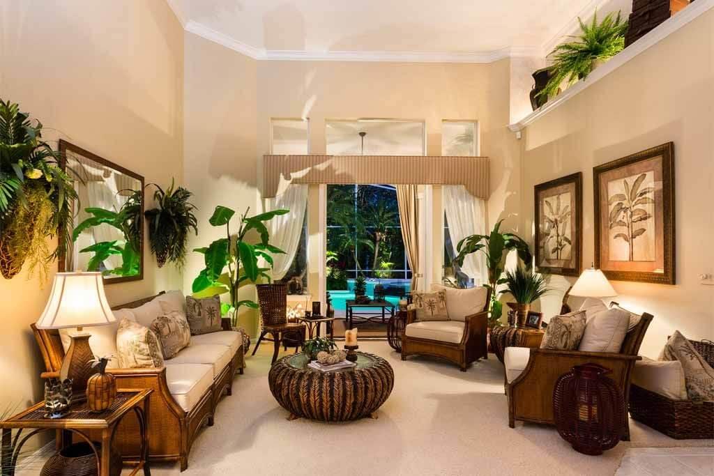 Beau salon de style tropical pour la détente