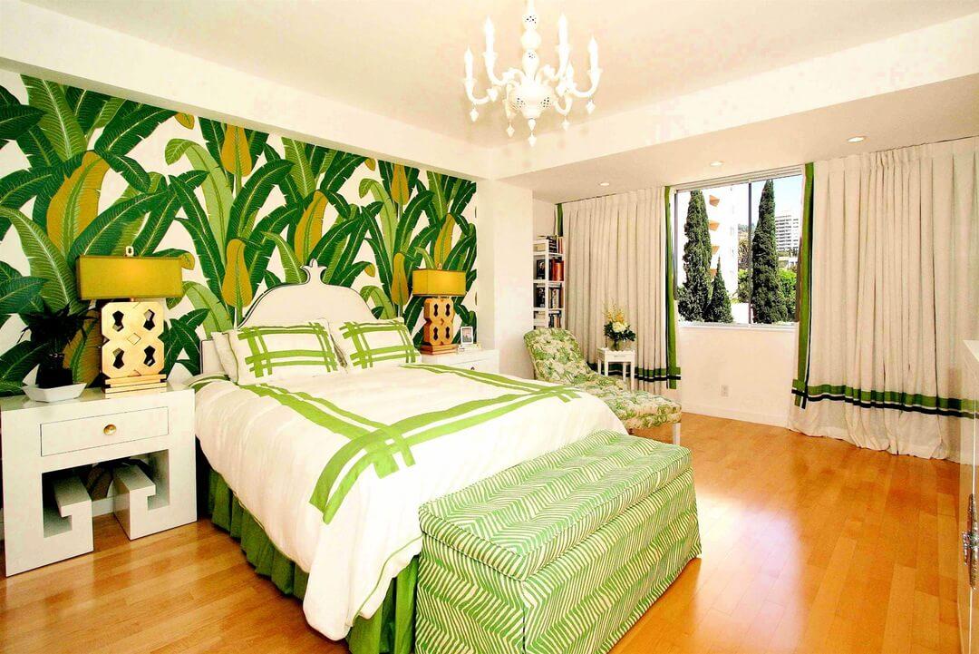 Grande chambre verte et blanche avec papier peint