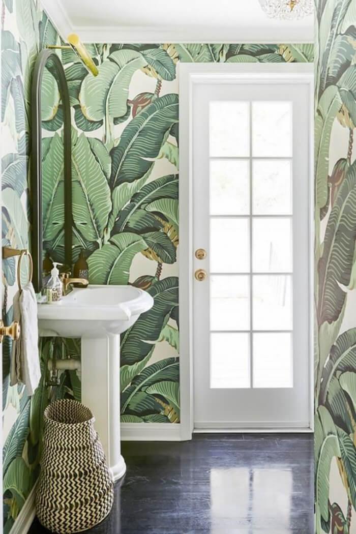 Magnifique papier peint tropical dans la salle de bain