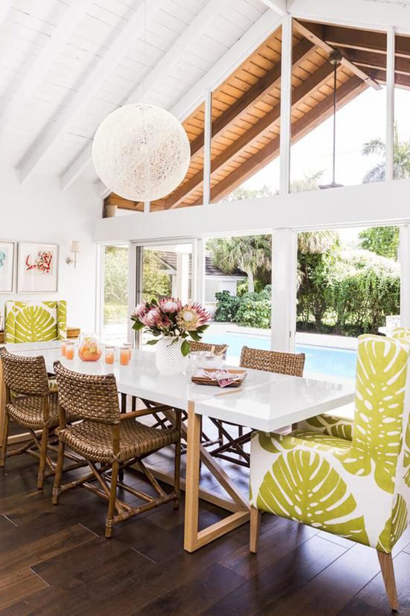 Salle à manger au bord de la piscine avec chaises accueillantes