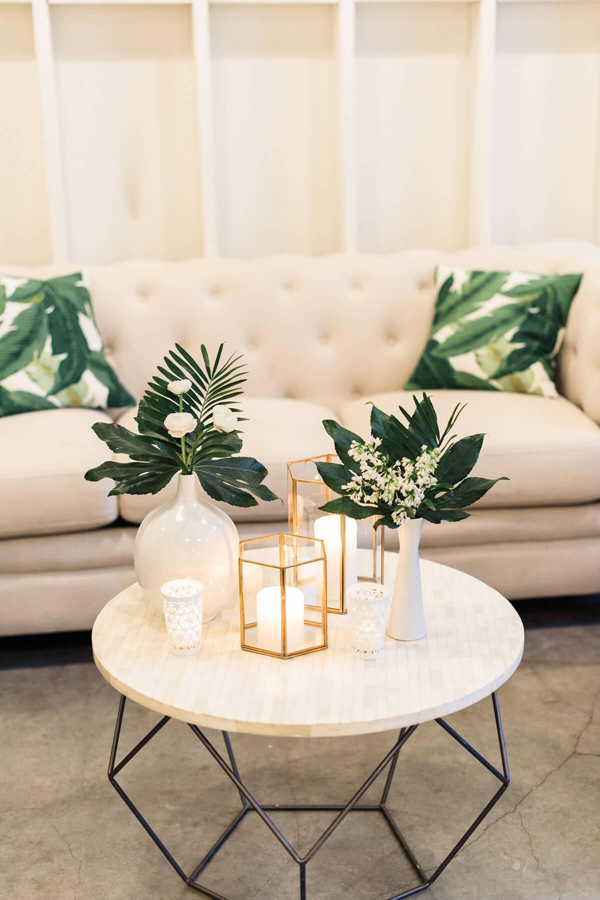 Bougies élégantes, feuillage et arrangement de fleurs