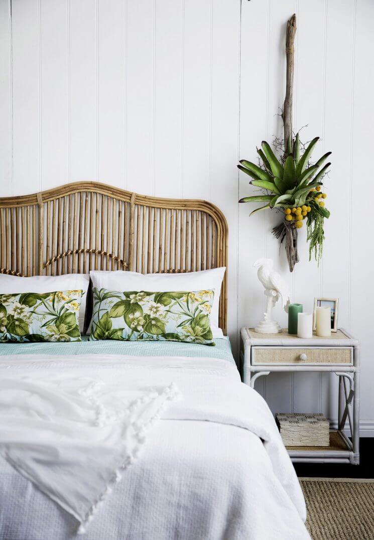 Chambre relaxante avec tête de lit en osier et plantes