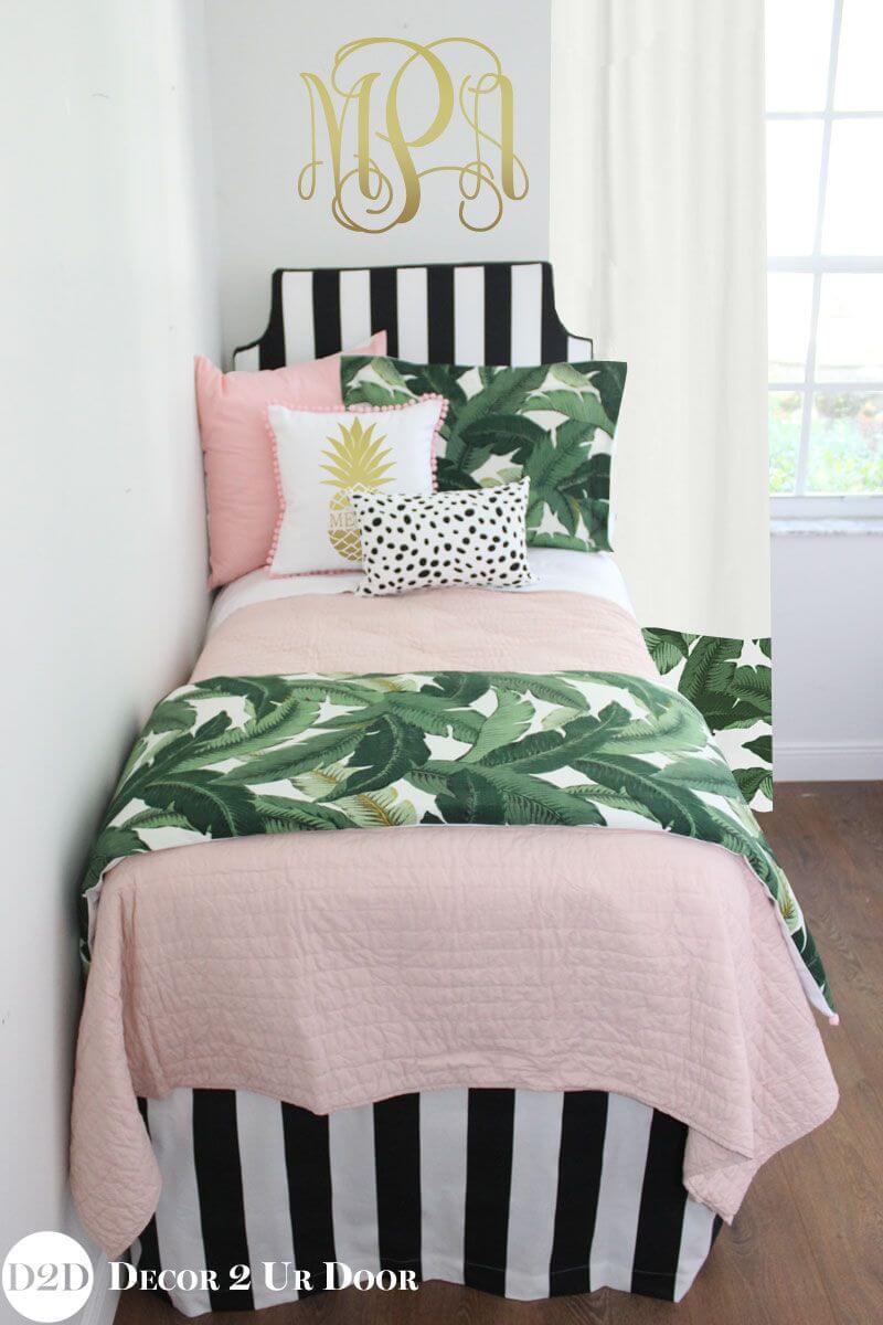 Décor de chambre de fille joyeuse en rose avec des feuilles