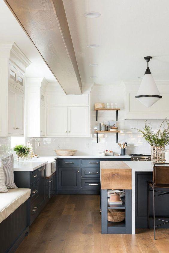 une cuisine contrastée avec des armoires supérieures blanches et des armoires inférieures gris graphite, des touches de bois clair