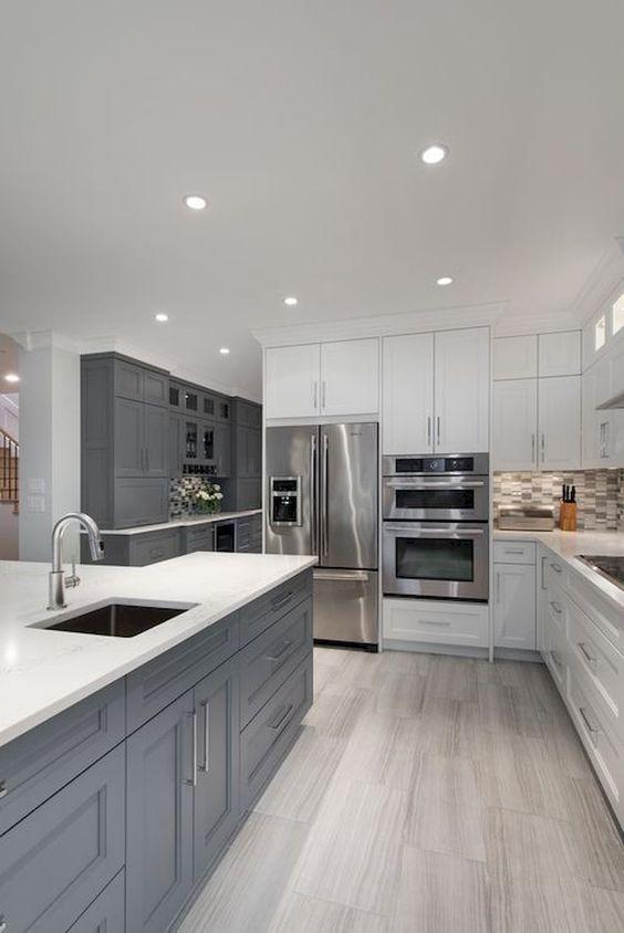une cuisine blanche élégante avec des touches de gris blanc