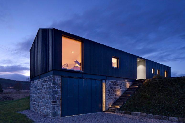 Les portes vitrées et les grandes fenêtres remplissent les espaces de lumière et mettent en valeur des paysages frais