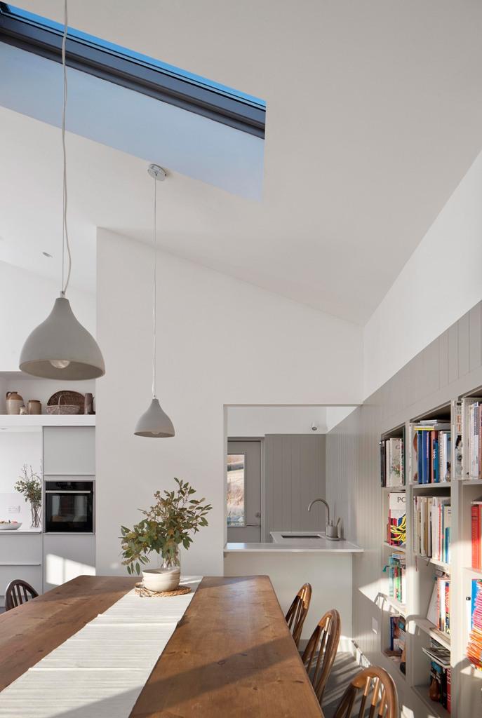 L'espace salle à manger est fini avec des étagères encastrées dans les murs
