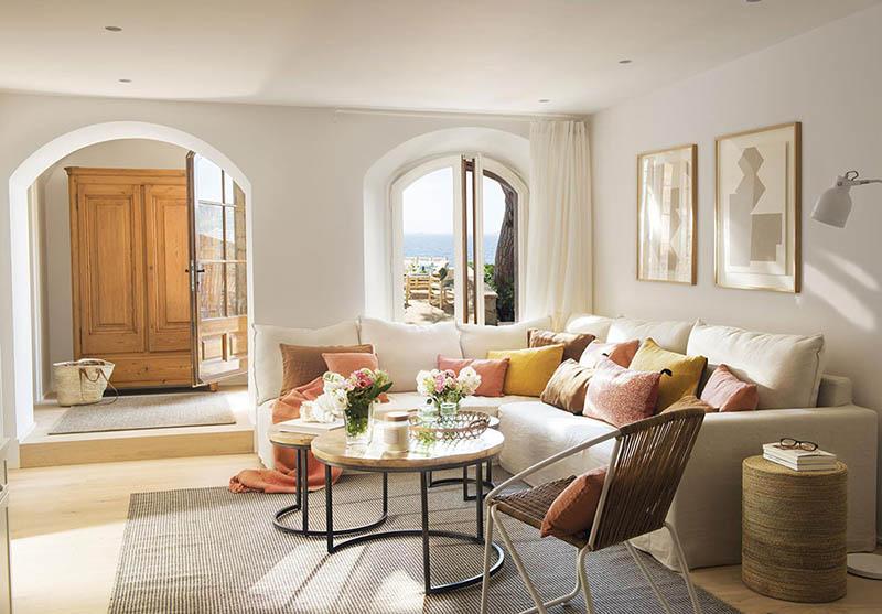 comment décorer un canapé beige avec des coussins