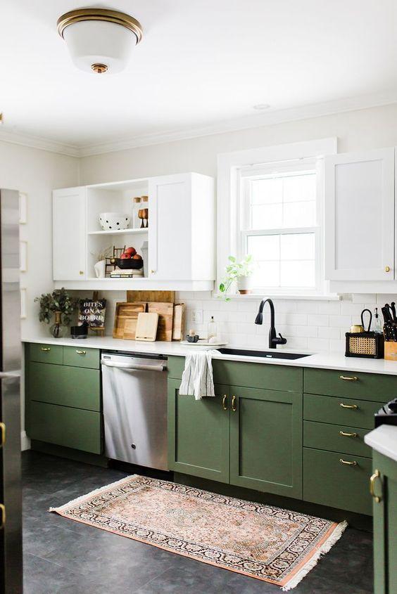 une cuisine contemporaine chic avec des armoires vertes et blanches, des poignées dorées et des comptoirs blancs ainsi qu'un tapis boho
