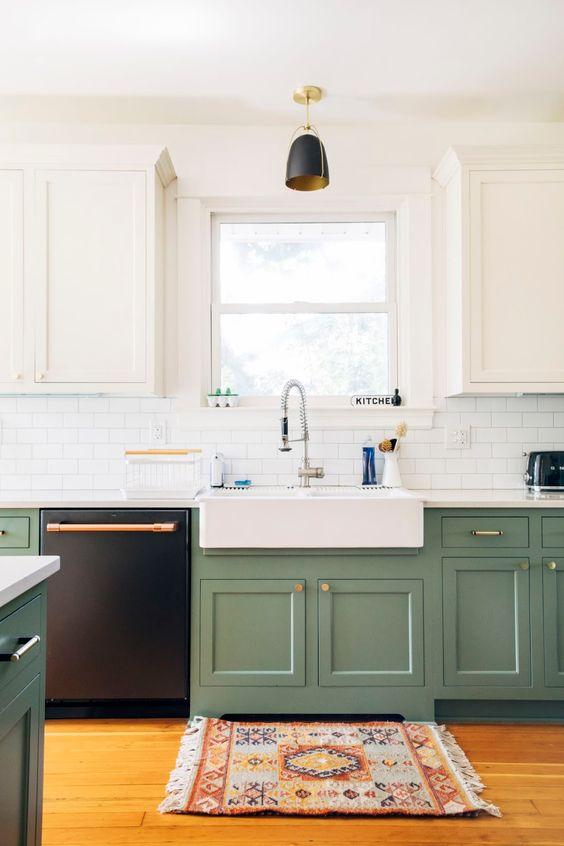 une cuisine moderne avec des armoires blanches et grene, des touches d'or et de cuivre et un tapis imprimé boho