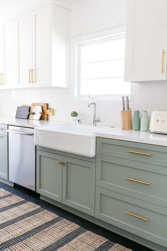 un design de cuisine vert et blanc écume de mer avec du matériel en or et en laiton, avec des comptoirs blancs et des tapis imprimés partout dans la cuisine