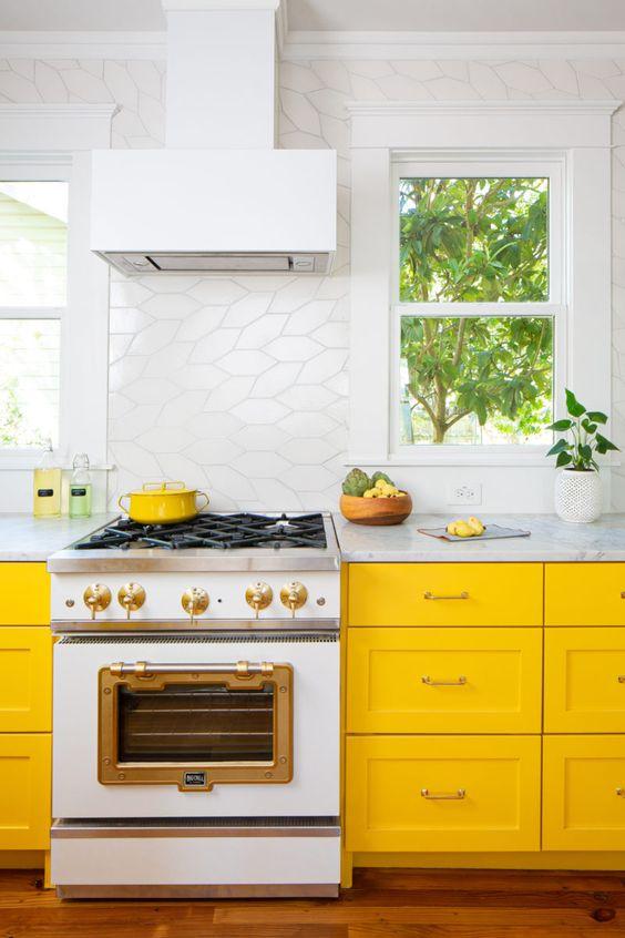 une cuisine lumineuse avec des armoires jaunes ensoleillées, un dosseret de carreaux blancs accrocheur et tout blanc pour une sensation de fraîcheur