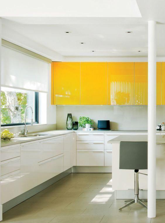une cuisine contemporaine avec des armoires supérieures jaune vif, des blanches et un dosseret blanc est ultra audacieuse