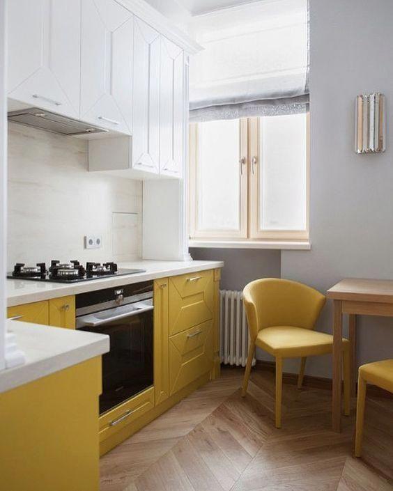 une cuisine contemporaine faite avec des armoires blanches et jaunes avec une texture, avec des comptoirs blancs et des chaises jaunes
