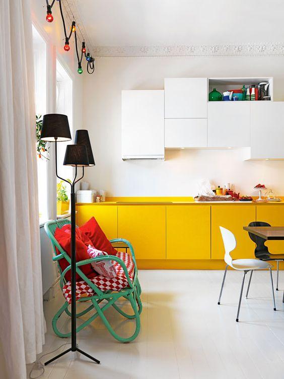une cuisine contemporaine avec des armoires blanches et jaunes et des lumières intégrées ainsi que des touches colorées pour plus