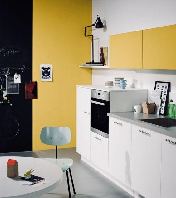une cuisine contemporaine faite de moutarde et de blanc, avec des touches de noir pour un drame