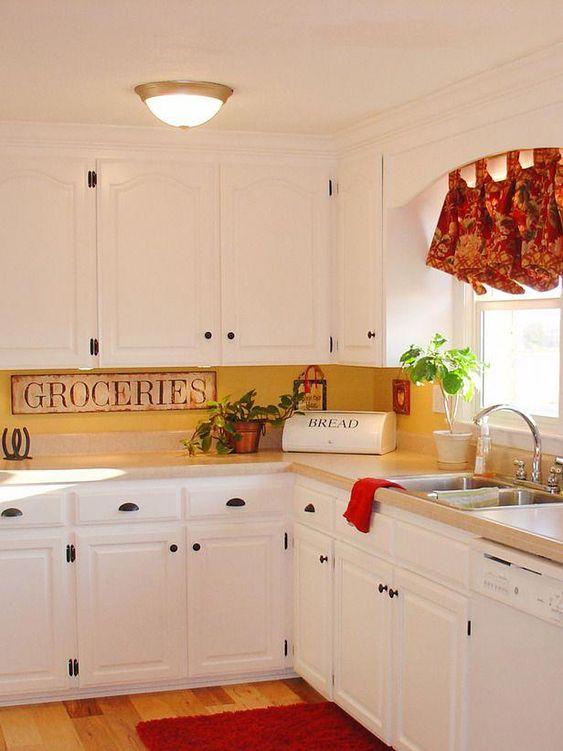 une cuisine vintage en blanc, un dosseret de cuisine jaune et des touches vintage ainsi que des nuances vives pour un look plus audacieux
