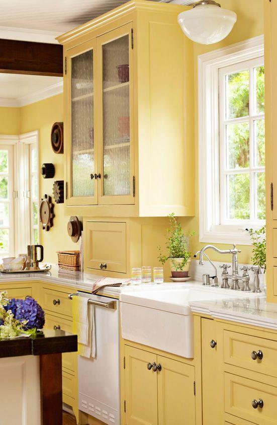 une cuisine jaune vintage avec des accents blancs rafraîchissants et des touches teintées foncées est une idée audacieuse avec une sensation chic