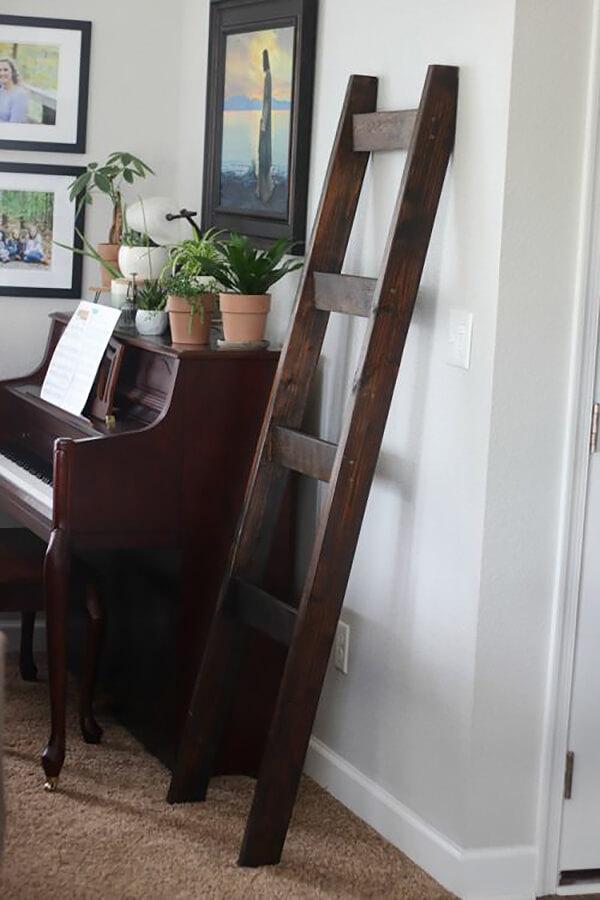 Échelle de couverture en bois vintage foncé
