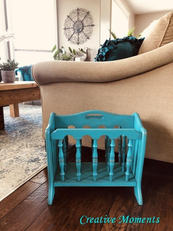 Porte-revues en bois peint turquoise
