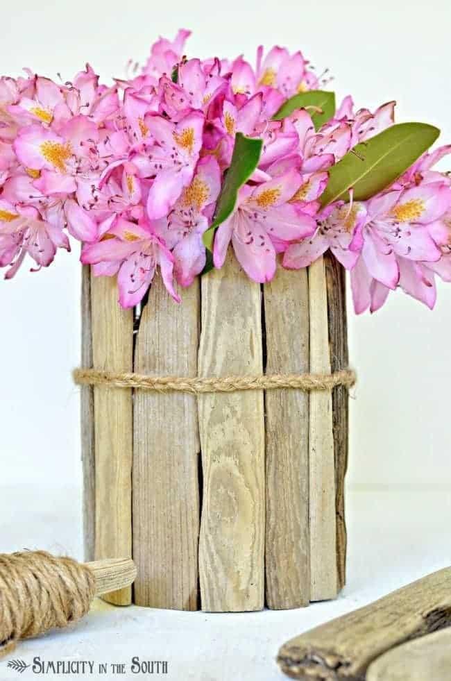 Vase à fleurs enveloppé de bois de rebut