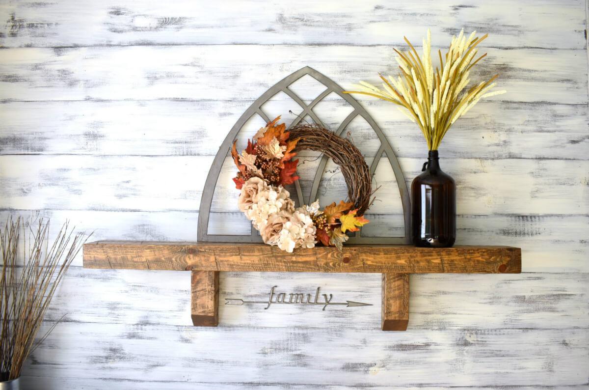 Étagère en bois rustique avec vase et couronne