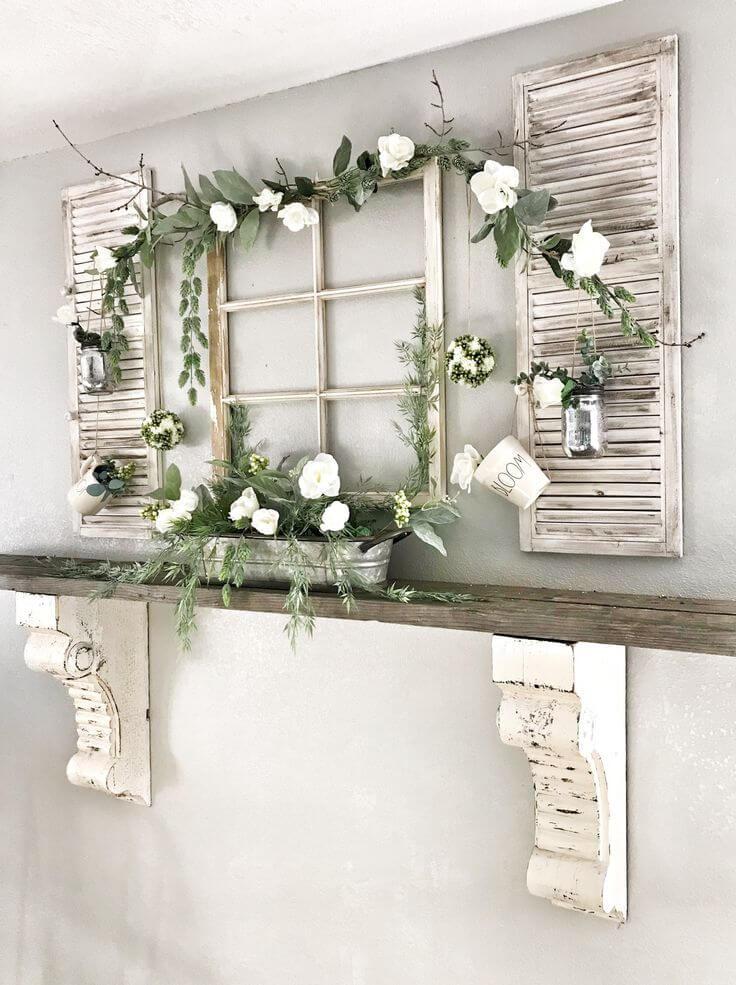 Cadre de fenêtre d'étagère de cheminée en bois antique et fleurs