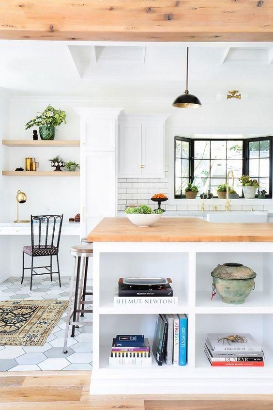 une cuisine de ferme contemporaine avec un petit coin de travail de résidence près de la fenêtre, avec des armoires intégrées et un bureau