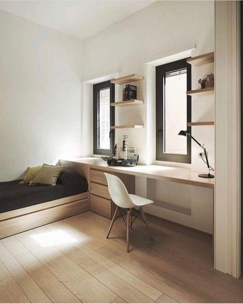 une chambre d'hôtes minimaliste avec un lit et un bureau près de la fenêtre est faite sans faille et sans couture