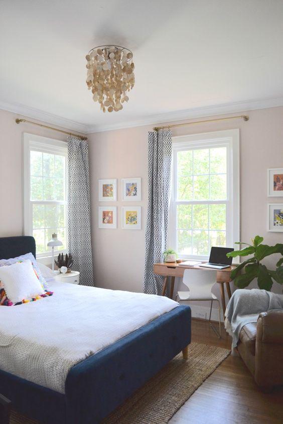 une chambre confortable et accueillante dispose d'un petit bureau près de la fenêtre et d'une chaise moderne