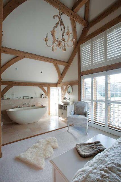 un magnifique espace raffiné avec des poutres en bois et une zone de baignoire avec des carreaux à grande échelle