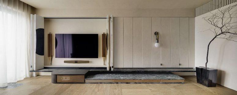 Une partie des panneaux cache un meuble TV