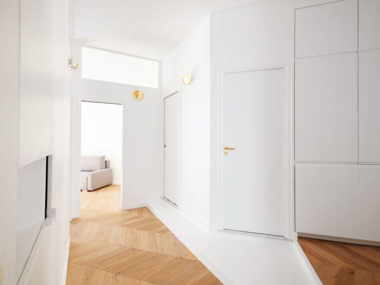 Ces unités de stockage intégrées sont intégrées dans tout l'appartement pour rendre les objets stockés invisibles