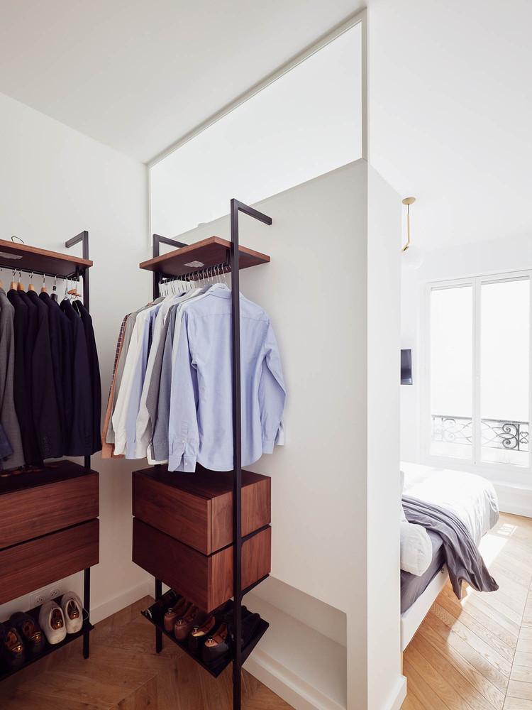 L'une des chambres dispose d'un petit placard bien organisé et confortable