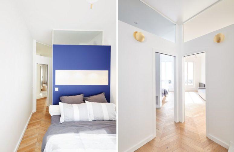 Ceci est une autre chambre, avec un mur d'accent bleu et un lit - elle est lumineuse comme la plupart des autres espaces