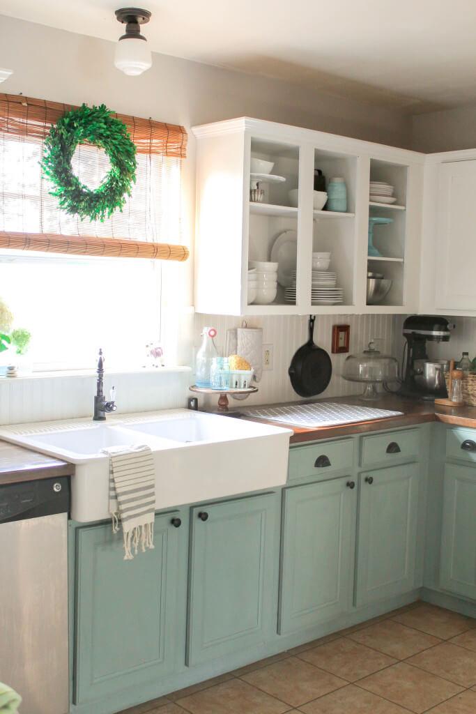 Les armoires bicolores ajoutent de l'intérêt à une cuisine côtière
