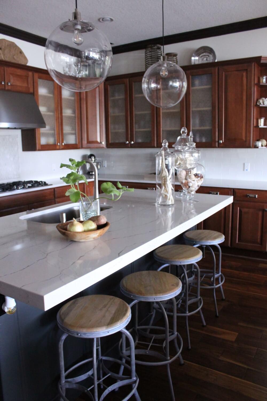Une cuisine côtière avec des placards en bois brun