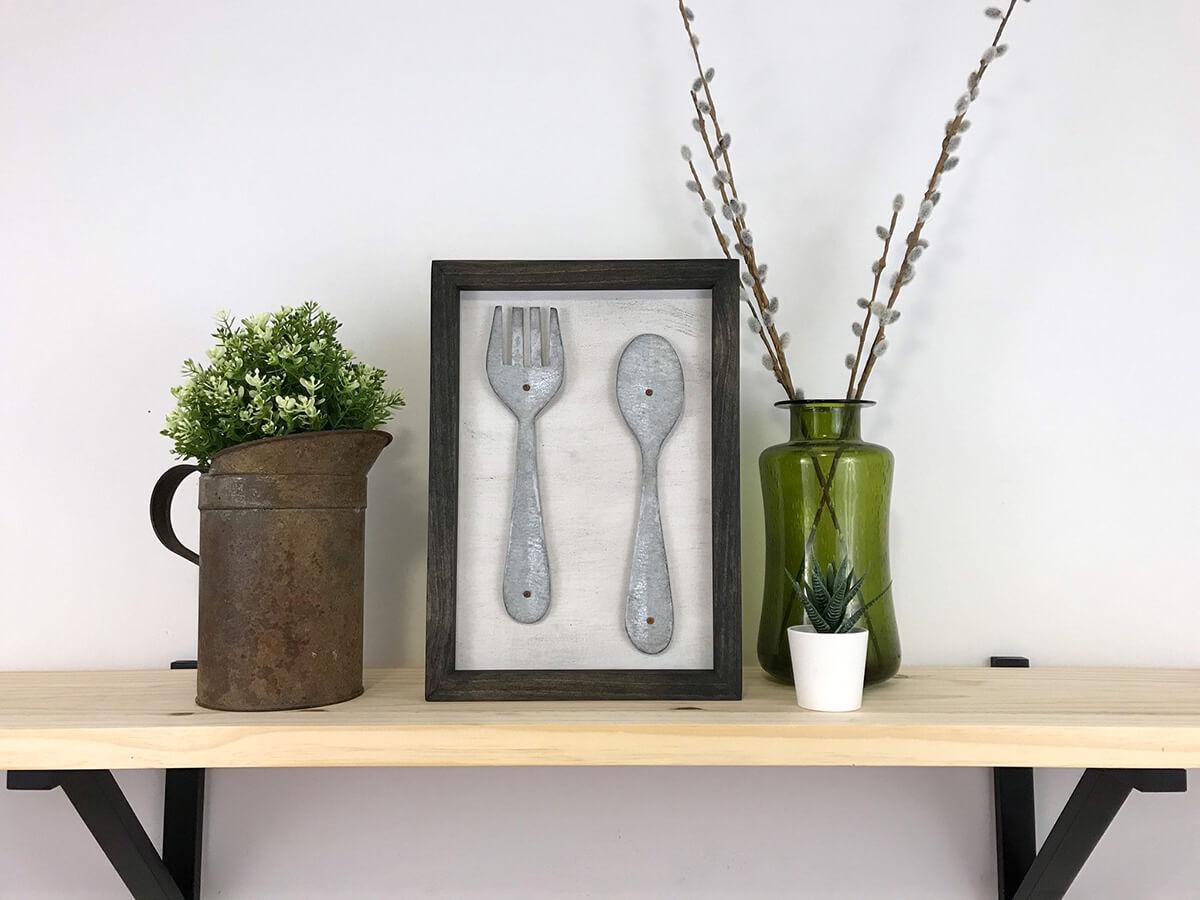 Fourchette et cuillère en métal encadrées