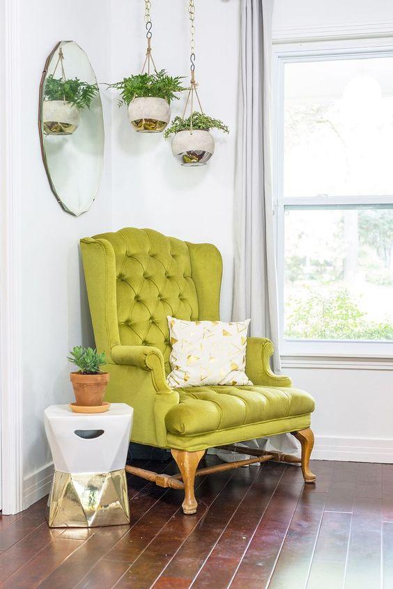 un coin moderne et lumineux avec une chaise vert néon d'inspiration vintage qui donne le ton à l'espace