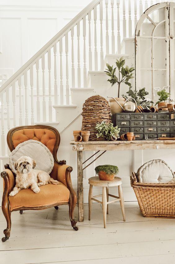 un espace de ferme neutre avec une belle chaise vintage de couleur beige qui ajoute de la couleur et montre des lignes chics