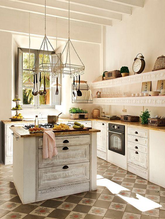 une belle cuisine blanche avec un îlot de cuisine blanchi à la chaux d'inspiration vintage pour un look tendance