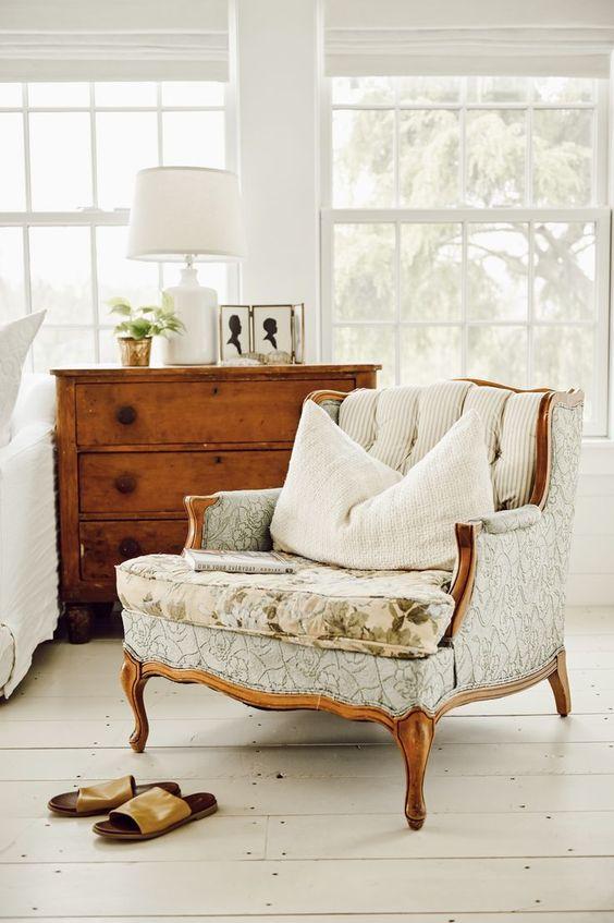 rafraîchissez votre espace de ferme neutre avec une chaise vintage raffinée pour le rendre plus élégant et stylé
