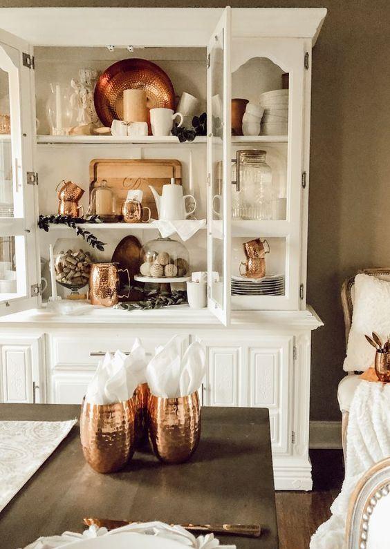 un buffet vintage peint en blanc est une bonne idée pour une cuisine ou une salle à manger moderne si vous en avez une