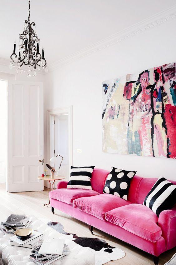un espace lumineux et ludique complété par un lustre vintage noir qui correspond parfaitement à la palette de couleurs