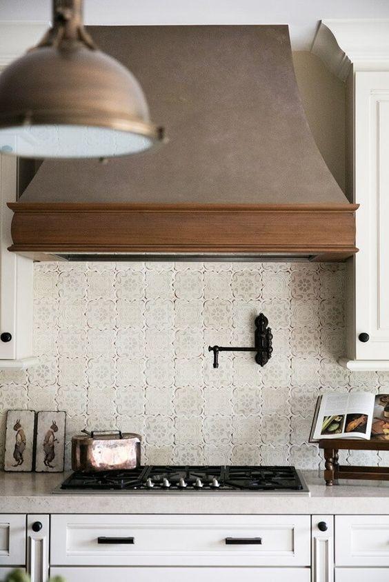 une cuisine de ferme légère avec une hotte en bois vintage qui ajoute de la texture, de l'intérêt et un look cool à l'espace
