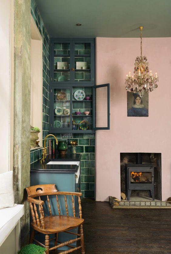 une cuisine audacieuse rehaussée d'un lustre vintage, d'œuvres d'art et d'une chaise en bois pour la rendre wow