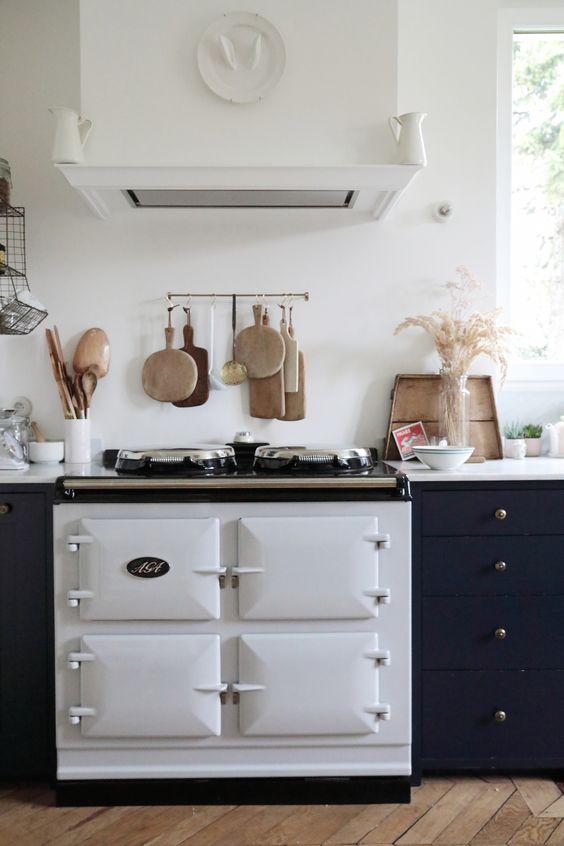 une cuisine contemporaine avec une cuisinière vintage blanche et une hotte assortie pour un look plus audacieux