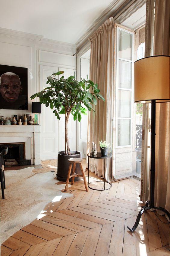 un intérieur contemporain élégant avec un lampadaire vintage qui ajoute du confort et une touche vintage