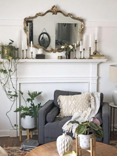 un miroir vintage et des bougeoirs assortis élèvent facilement le décor du salon à un nouveau niveau