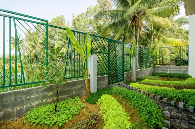 Il y a un jardin supplémentaire avec beaucoup de verdure